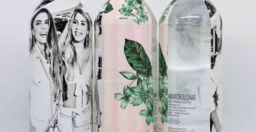 botella de agua con funda completa con diseño personalizado de guess